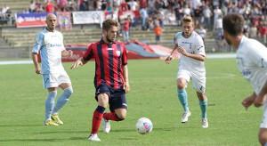 Il cosentino Castagnetti in azione nel corso della sfida vinta dai silani per 2-0 contro l'Arzanese (foto cosenzachannel.it)