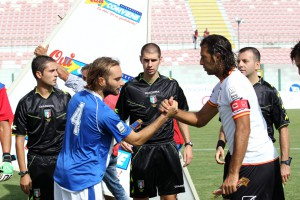 La stretta di mano tra i due capitani, Amadio e Corona (foto Luca Maricchiolo)