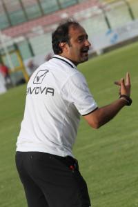 Il tecnico del Messina Gaetano Catalano dà indicazioni dalla panchina ai suoi giocatori (foto Luca Maricchiolo)