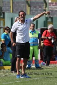 Il tecnico del Messina Gaetano Catalano dà indicazioni dalla panchina (foto Luca Maricchiolo)