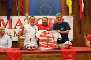 Salvo Cilona, il presidente dell'Amatori Messina Rugby Nello Arena ed il sindaco Renato Accorinti nel Salone delle Bandiere di Palazzo Zanca