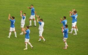 I calciatori del Martina raccolgono l'applauso dei loro tifosi dopo il pareggio con la Vigor Lamezia capolista, sempre vittoriosa nelle quattro precedenti uscite.