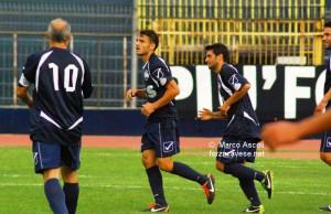 I calciatori della Cavese celebrano il successo ottenuto contro il quotato Akragas, che ha chiuso la sfida in nove uomini