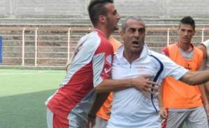 La gioia del tecnico Ialacqua e dei calciatori del Due Torri per il loro, storico, primo successo in serie D