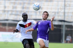 Il centrocampista senegalese Modou Ablaye Seck contende un possesso aereo ad un avversario (foto Giovanni Isolino)