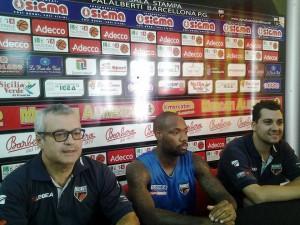 Giovanni Peridichizzi, il play Andre Collins e il team manager Mauro Saya in conferenza stampa