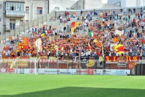 Lo splendido colpo d'occhio offerto dai tifosi dell'ACR Messina nella Curva Sud della struttura di via Oreto