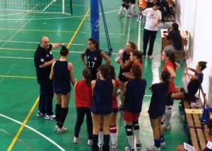 Coach Caristi a colloquio con le ragazze.