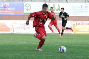 L'attaccante Maurizio Vella in azione. Per lui terza rete con la divisa del Città di Messina, una in meno di quelle realizzate da Manfrè