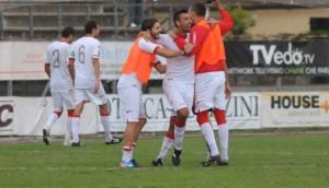I calciatori del Teramo celebrano il nuovo successo, che vale anche la conquista della vetta