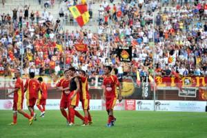L'esultanza dei calciatori del Città di Messina, che si impose per 1-0 grazie ad una punizione dal limite firmata da Gioacchino Giardina (foto Giovanni Isolino)