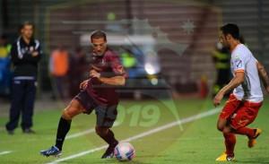Ettore Mendicino prova a sfondare sulla fascia, ma l'esterno del Messina Giuseppe Quintoni fa buona guardia.