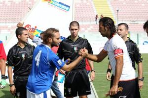 La stretta di mano con Amadio, capitano dell'Aprilia, subito prima del calcio d'inizio dell'ultima sfida del San Filippo (foto Luca Mariocchiolo)