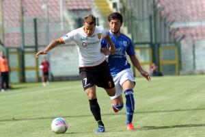 Il centrocampista del Messina Alessandro Gherardi difende un possesso dalla pressione di un avversario (foto Luca Maricchiolo)