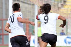 Corona festeggia dopo un gol inseguito da Chiaria