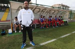 Il tecnico Gaetano Catalano in piedi di fronte alla sua panchina (foto Paolo Furrer)