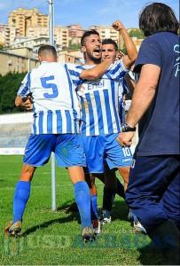 L'esultanza dei calciatori dell'Akragas, risalito in seconda posizione grazie al blitz di Agropoli.