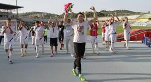 L'esultanza dei calciatori del Cosenza, che ha ottenuto la vetta con un gol al 90'