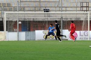 Il portiere del Città di Messina Ivan Mannino trafitto per la prima volta da Olcese, capocannoniere del torneo di serie D
