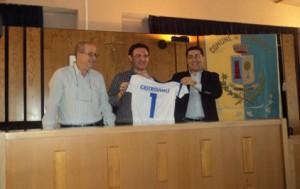 Il presidente Salvo Messina omaggia di una maglia dellìElettrosud Volley Brolo il sindaco di Torrenova Salvatore Castrovinci