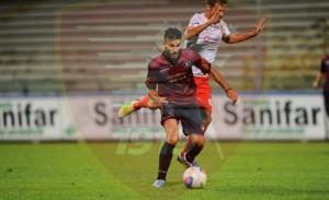 Il centrocampista della Salernitana Ricci pressato da Costa Ferreira.