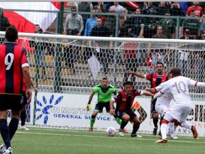 Una fase del big-match tra Teramo e Casertana, che mantengono il piazzamento sul podio