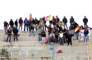 Nutrita rappresentanza di sostenitori del Messina nel settore ospiti (foto Paolo Furrer)