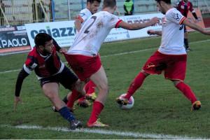 Silvestri, Ferreira e Quintoni in azione. Il terzino perfeziona un recupero (foto Paolo Furrer)