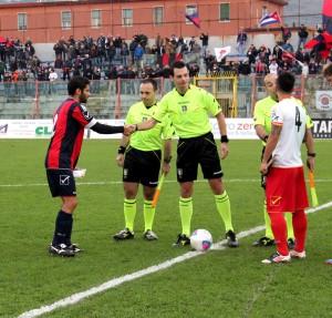 La stretta di mano tra i capitani di Casertana e Messina e la terna arbitrale prima del via (foto Paolo Furrer)