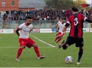 Il centrocampista peloritano Rosario Bucolo in fase di copertura (foto Paolo Furrer)