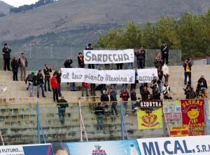 Lo striscione dedicato alle vittime dell'alluvione in Sardegna esposto a Caserta dai sostenitori del Messina (foto Paolo Furrer)