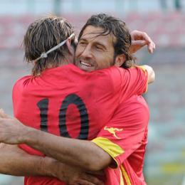 L'abbraccio con Corona dopo un gol
