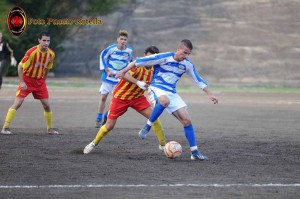 L'attaccante Peppe Amante con la maglia biancazzurra dello Sporting Viagrande, durante il match con l'Igea Virtus