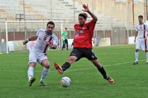 L'attaccante peloritano Vincenzo Manfrè pressa un avversario (foto Giovanni Isolino)