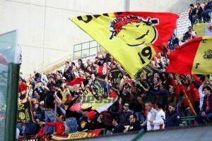 Lo splendido spettacolo di colori offerto come tradizione dalla Curva Sud dello stadio San Filippo (foto Luca Maricchiolo)
