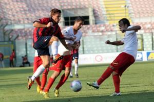 Lasagna e Cucinotta in azione contro il Cosenza (foto Luca Maricchiolo)