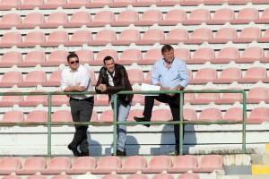 Il direttore generale del Messina Vincenzo Lo Monaco, l'ex terzino del FC Alessandro Parisi ed il patron Pietro Lo Monaco hanno seguito la gara con il Cosenza dalla Tribuna B (foto Luca Maricchiolo)