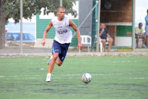 Il difensore Giuseppe Nastasi in azione al ''Garden Sport'' di Mili Marina