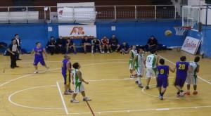 Azione del derby tra Basket School e Castanea