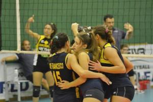 L'esultanza delle ragazze in gialloblu nel corso del derby con il Messina Volley