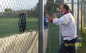 I due allenatori divisi dalla rete di recinzione: da sinistra Vittorio Schifilliti e Nello Miano, fuori dal campo in quanto appena espulso