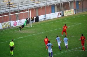 Il calcio di rigore realizzato da Mirco Camarda per il momentaneo 1-2 (foto Omar Menolascina)