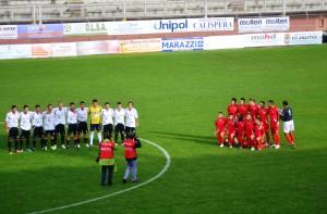 Le due squadre in posa prima del calcio d'inizio