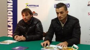 Mister Giuseppe Raffaele e l'attaccante Filippo Crinò in conferenza stampa.