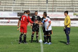 La stretta di mani tra i capitani Panuccio e Camarda, sempre nel match dello scorso 24 agosto