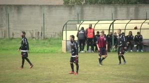 La panchina del Messina: Catalano in piedi segue le fasi del match con il Rometta (foto Matteo Arrigo)