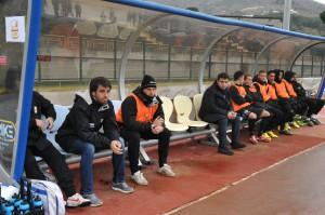 Caturano in panchina con i compagni ad Ischia, dove è subentrato nel finale