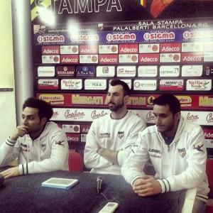 L'assistant coach Francesco Trimboli, Tommaso Fantoni e l'addetto stampa Alessandro Palermo in conferenza stampa