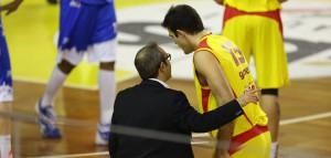 Gabriele Ganeto a colloquio con l'assistente Ducarello. Il giocatore rimarrà in giallorosso fino a fine stagione