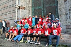 """Lo """"squalo"""" ha posato insieme ai volontari per sostenere la lotta contro la distrofia (foto Antonio Magazzù)"""